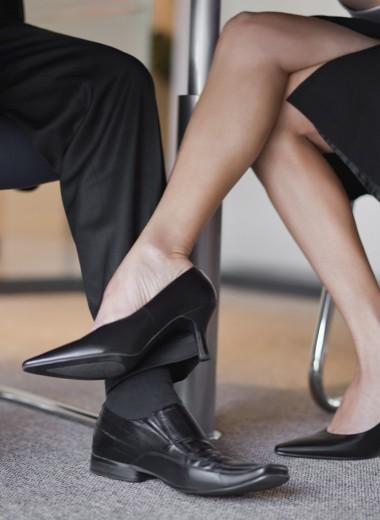Истерики, сплетни, увольнения: к чему приводят романы на работе и как не разрушить карьеру из-за чувств