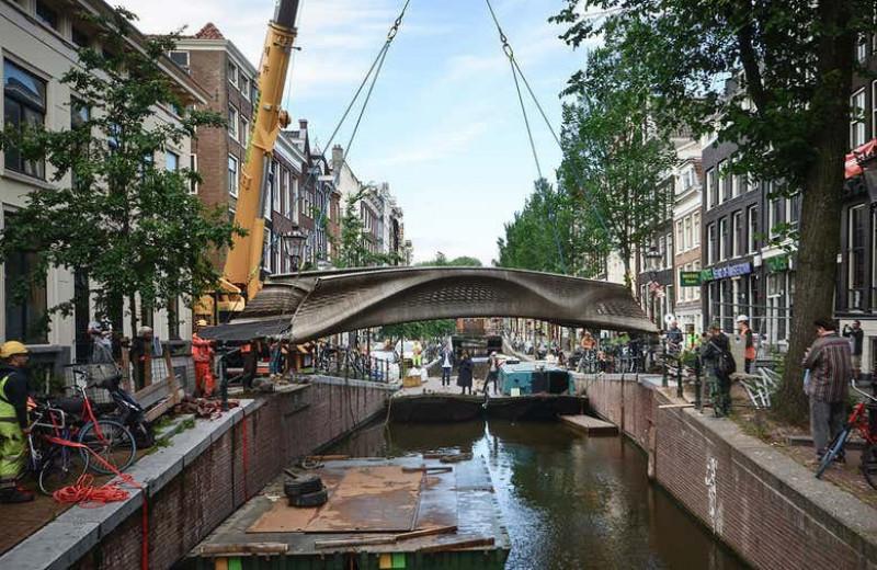 В Амстердаме открыли первый в мире мост, напечатанный на 3D-принтере
