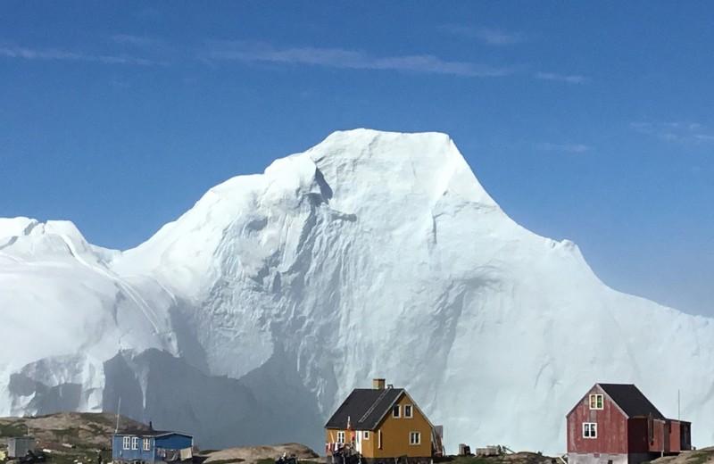 Жителей гренландской деревни эвакуируют из-за айсберга