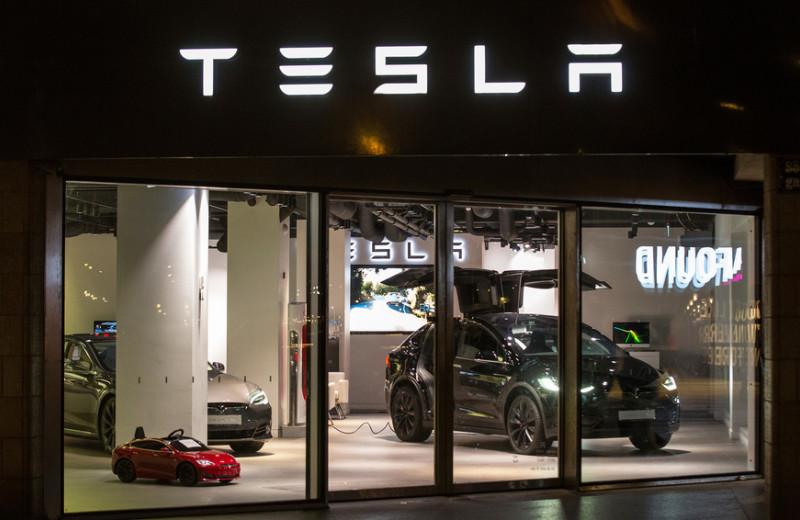 Tesla vs Apple: что общего между двумя компаниями и почему они разные