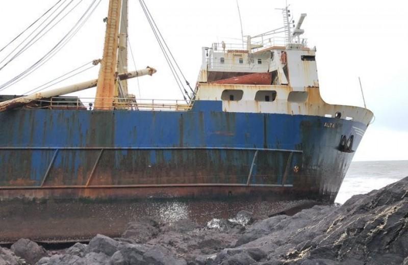 «Корабль-призрак» сел на мель после года странствий по Мировому океану
