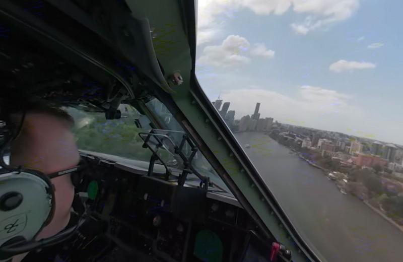 Транспортный Boeing C-17 пролетает между небоскребами: 360-видео