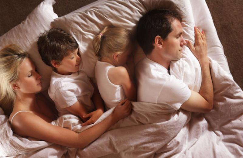 С какого возраста ребенку нужно спать отдельно от родителей?