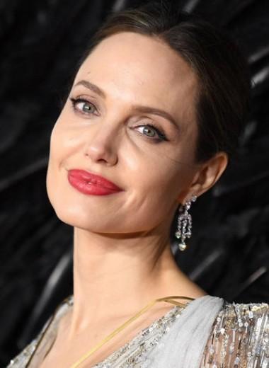 Анджелина Джоли в платье с обнаженной спиной показала татуировки в Лондоне