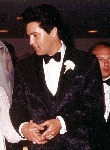 Кроме костюма: необычные наряды, в которых женились знаменитые мужчины