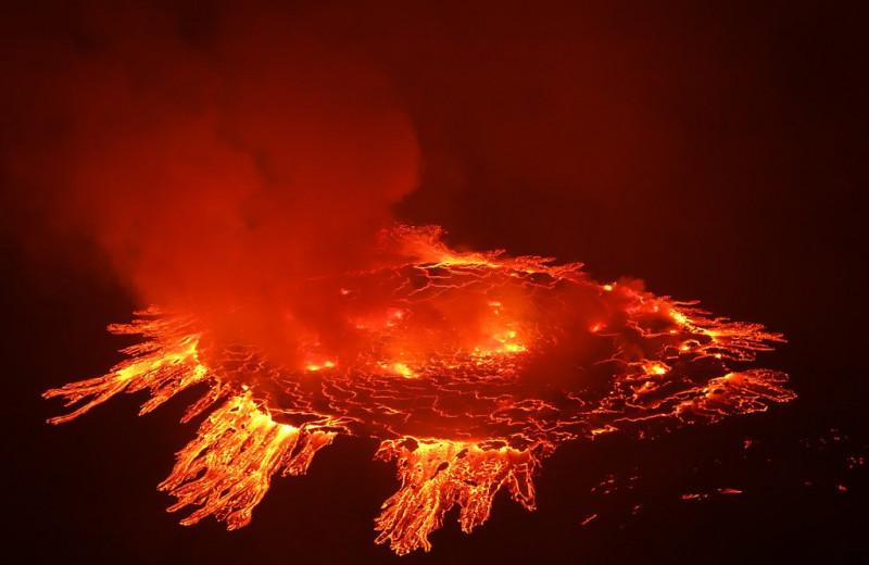 Извержение вулкана в Африке стало крупнейшим за последние 19 лет: видео