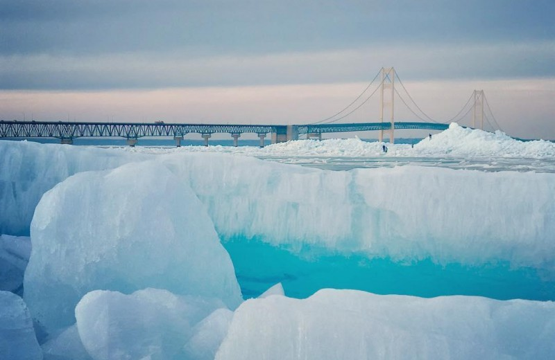 Пролив в Мичигане покрылся голубым льдом