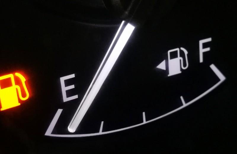 До лампочки: вредно ли ездить с пустым баком