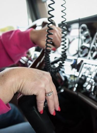 Под конвоем заботы. Как женщины отстаивают свое право на труд