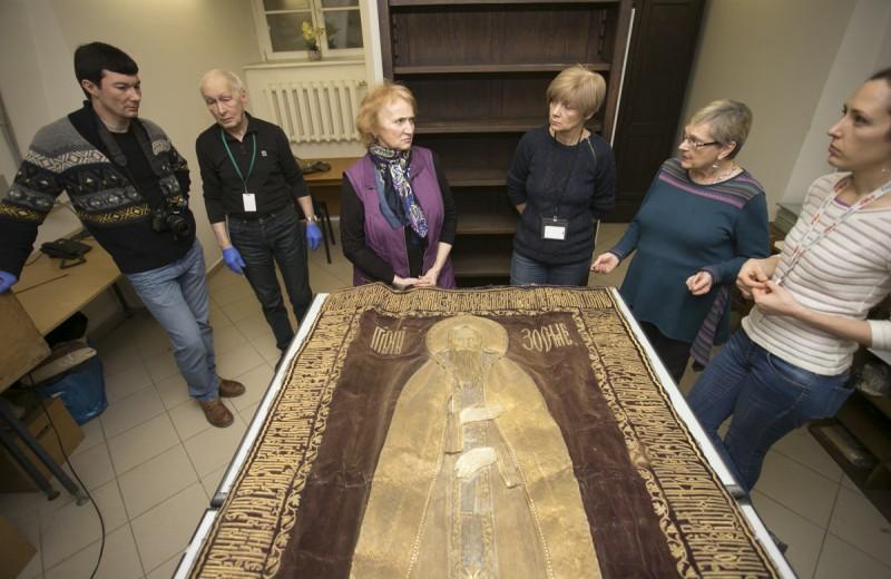 Золотошвейный покров с ликом святого Зосимы: неожиданная находка антропологов