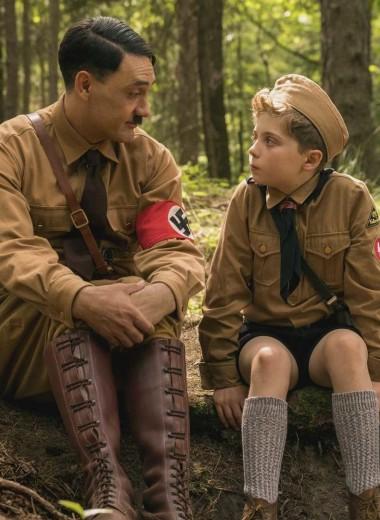 Винтаж, тирольские шляпы и военная форма: костюмы в «Кролике Джоджо»