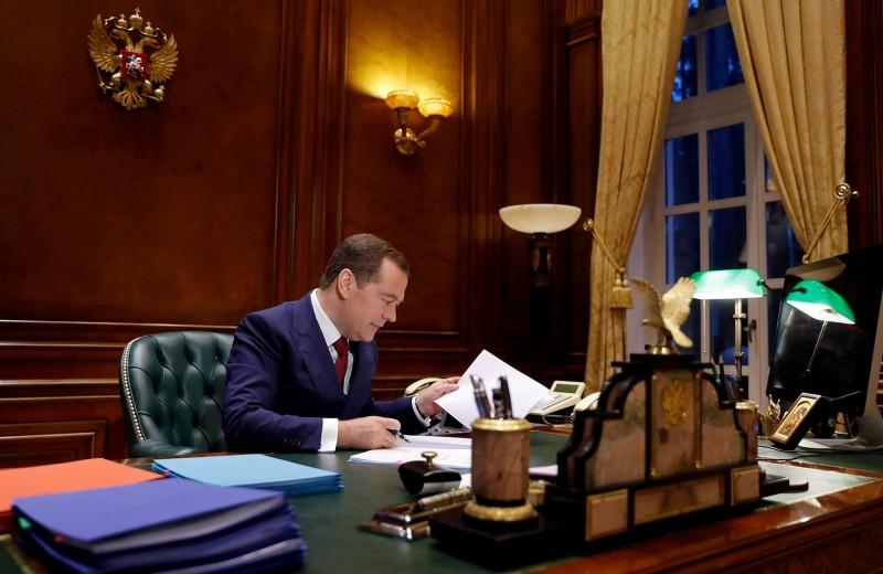 Некто, кому доверяет Путин. Что россияне думали о премьере Медведеве