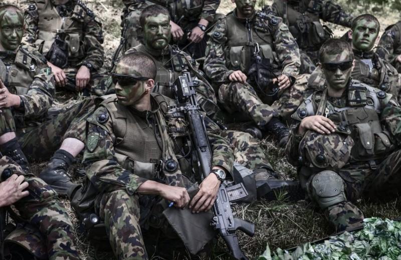 С винтовкой и алебардой: насколько грозна швейцарская армия