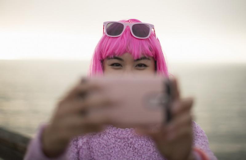 Розовый цвет — миллениалам, желтый — зумерам: как бренды продают эстетику поколений