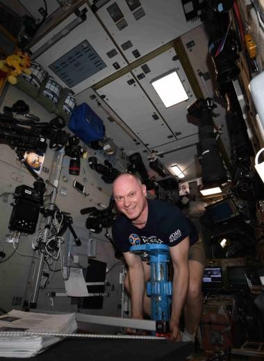 Как взвеситься в космосе: фото и видео с борта МКС