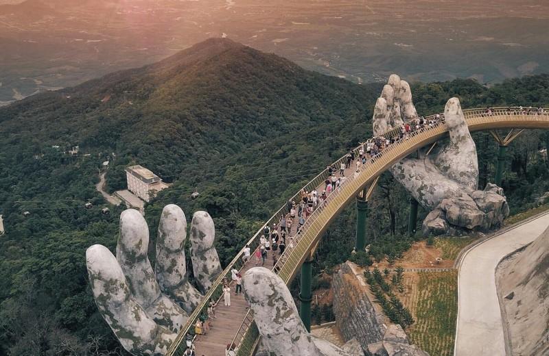 Мост на огромных ладонях во Вьетнаме: как это выглядит