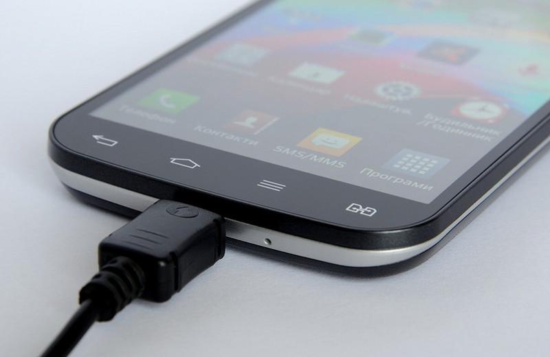 Почему ваш смартфон заряжается так долго: 8 самых популярных причин