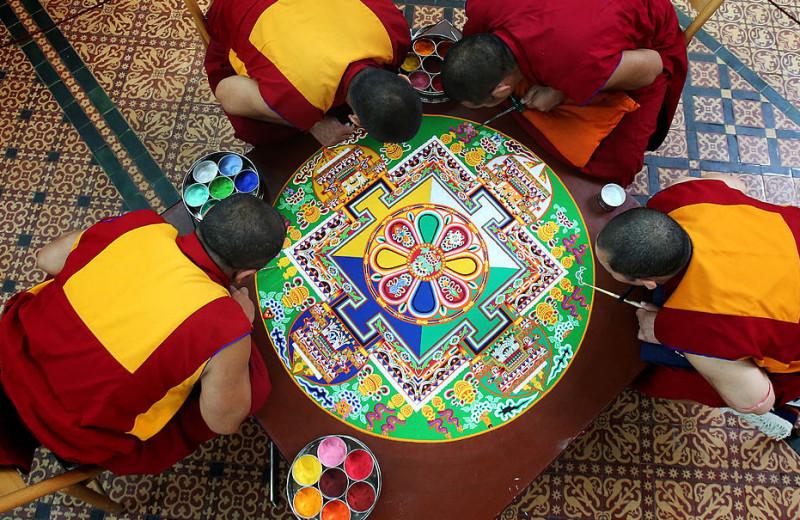 Тайны дворца просветления: кто, как и зачем создает буддистские мандалы