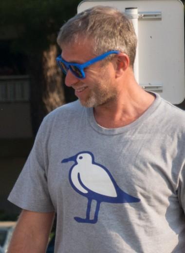 Серая футболка Абрамовича. Почему простая одежда стала символом успеха и прогресса