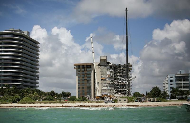 После обрушения 12-этажного здания в Майами пропала пожилая пара. С их домашнего телефона продолжают поступать звонки