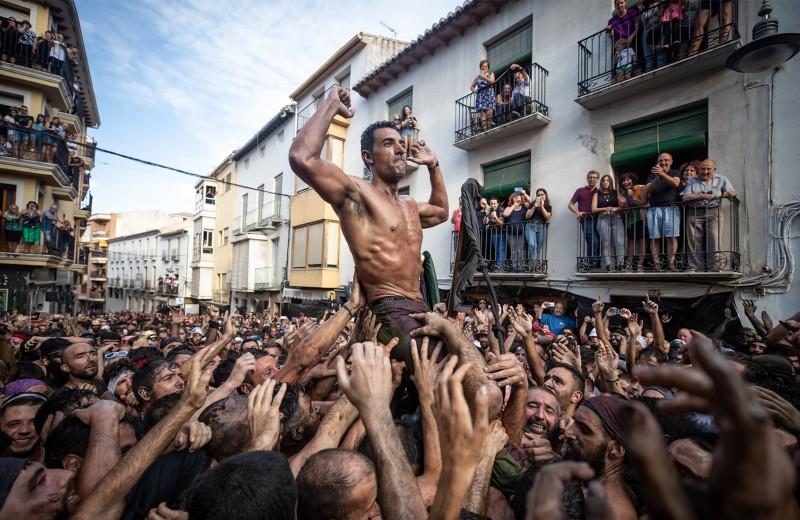 Обливаться вином, прыгать через младенцев: 6 удивительных европейских фестивалей