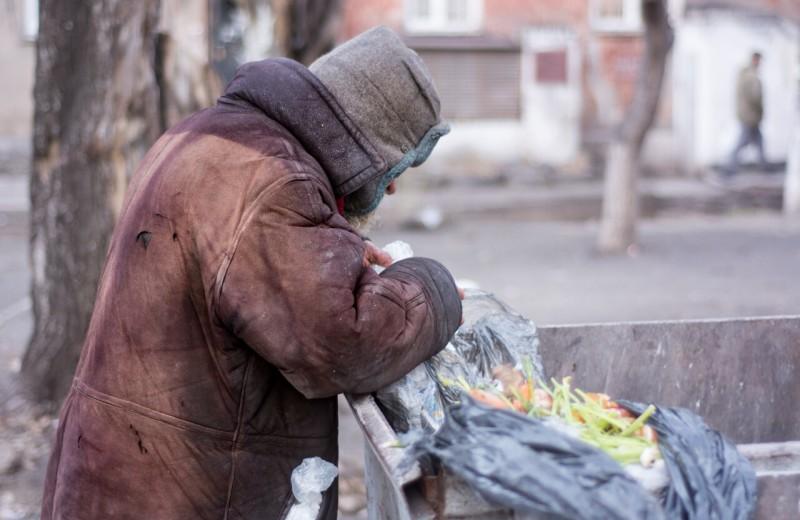 «Если у тебя есть дом, оставайся там»: как во время карантина живут бездомные — им зачастую негде изолироваться