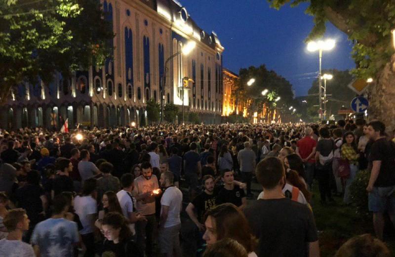 «Это удар по россиянам»: как на митинге в Тбилиси отреагировали на новость о запрете полетов из России