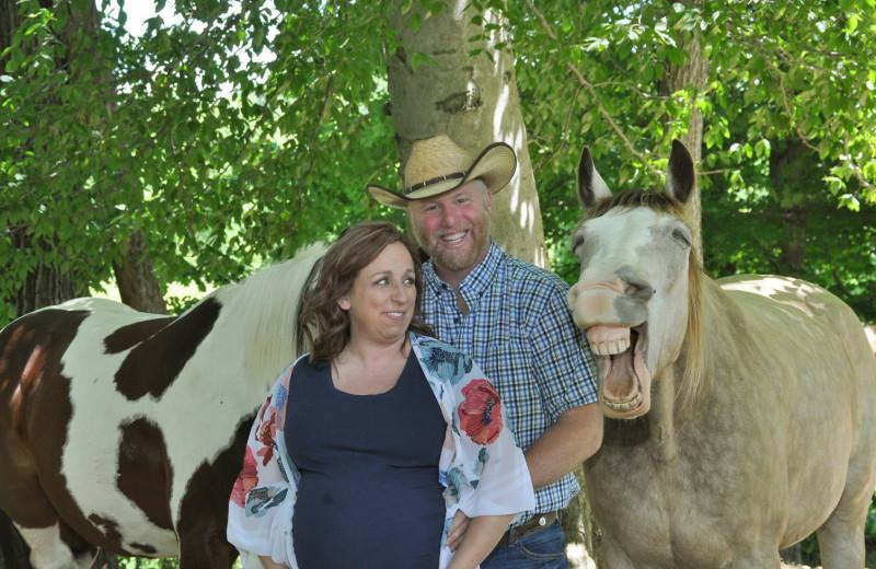 Лошадь позирует для семейного фото