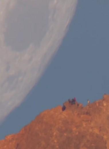 Люди на фоне огромной Луны: как сделаны эти кадры?