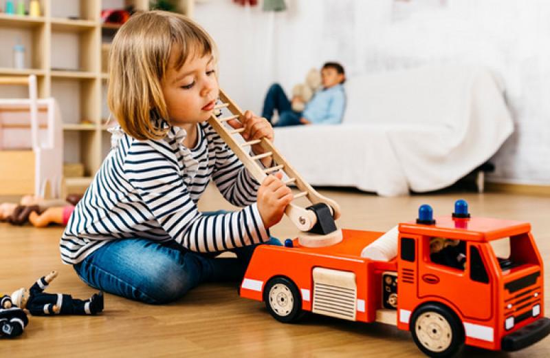 Мальчики могут играть в куклы, а девочки — в машинки: как объяснить это бабушке?