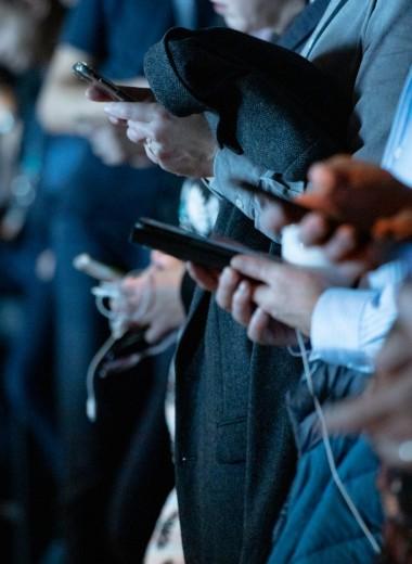 «За несколько лет соцсети полностью переучили нас»: как вернуть внимание и работоспособность, которую отняли смартфоны