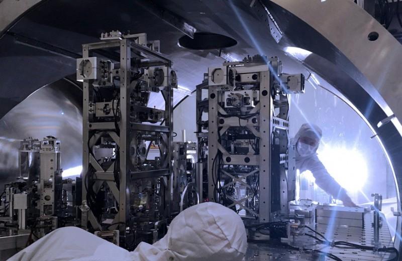 Колебание устоев: физики зафиксировали сдвиг 40-килограммового зеркала под действием квантового шума