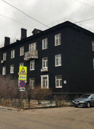 В Подмосковье сталинку покрасили в стильный чёрный цвет. Затею тут же раскритиковали