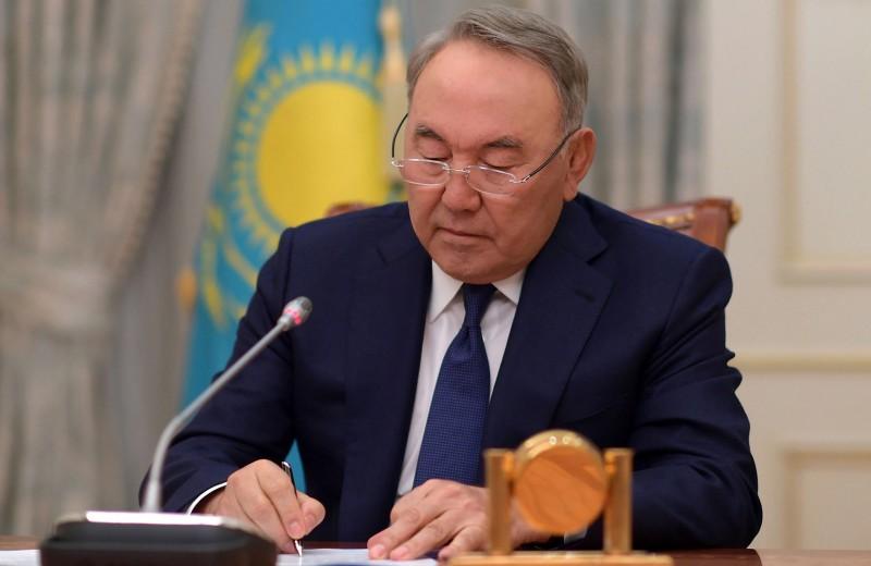 «Это управляемая передача власти»: экономисты о том, что значит уход Назарбаева для России