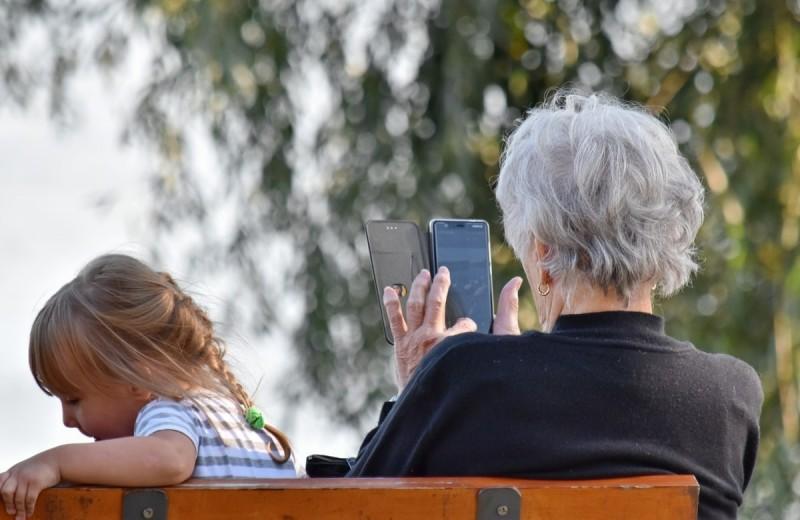 7 советов, как обслуживать смартфон своих родителей