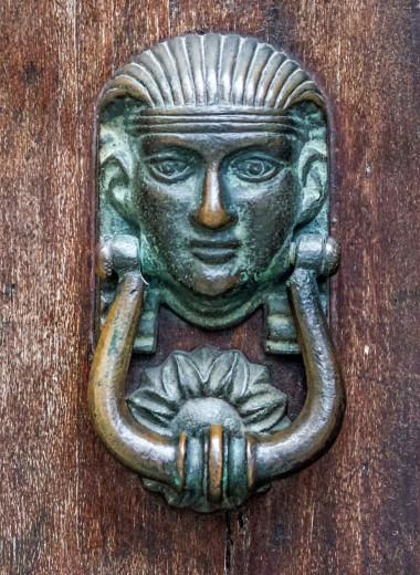 Почетные стукачи: итальянские дверные молотки