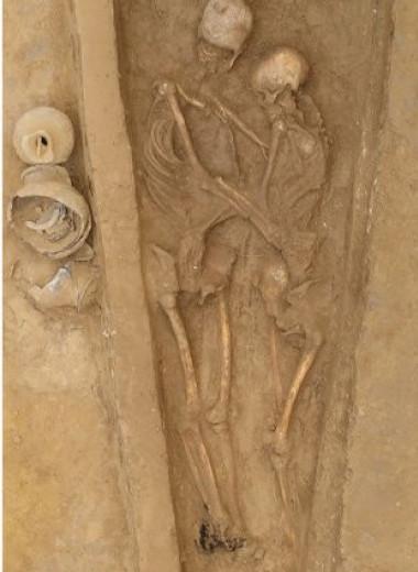 Любовь до гроба: археологи обнаружили захоронение обнявшейся пары