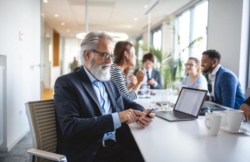 Спрячьте смартфон, если хотите произвести хорошее впечатление на рабочей встрече — особенно с малознакомыми людьми