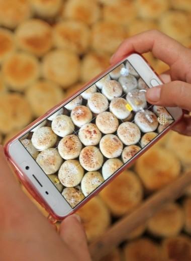 «Мы кормим врачей, а заказы для них кормят нас»: как еда для медиков в Коммунарке спасает пекарню от разорения