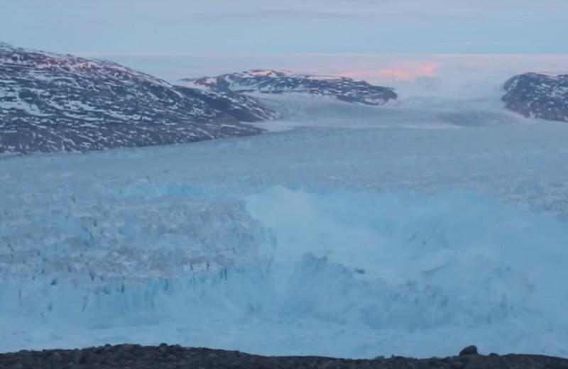 Как рождается шестикилометровый айсберг: видео