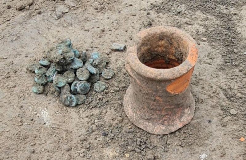 Российские археологи нашли в Фанагории древний клад из 80 монет