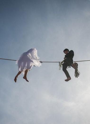 «Как бы то ни было, теперь мы женаты»: прочитайте эти истории знакомств, которые точно не могли закончиться свадьбой. Но все же это произошло