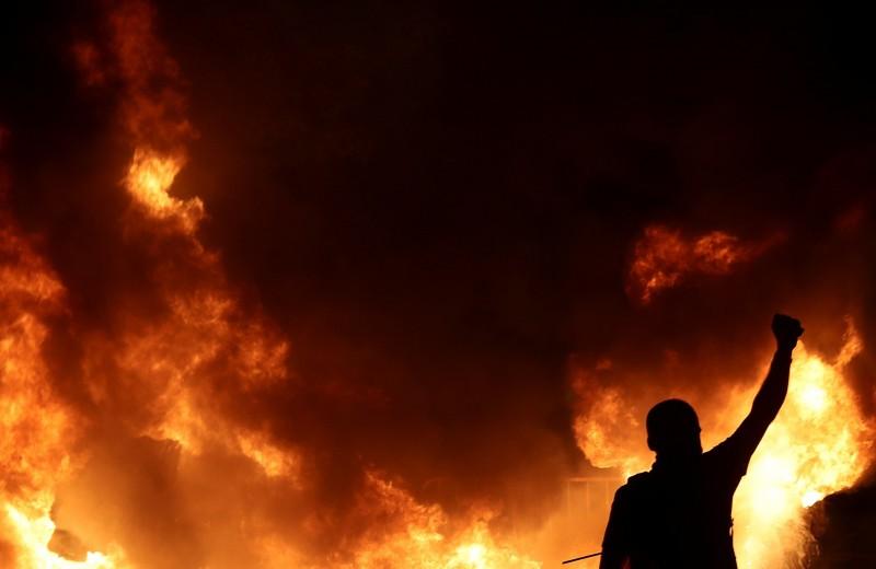Жечь ине сдаваться: как выглядят протестные акции повсему миру — в22 фотографиях. Выбор Esquire