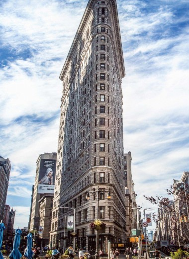 От робота до утюга: 5 самых странных высотных здания мира
