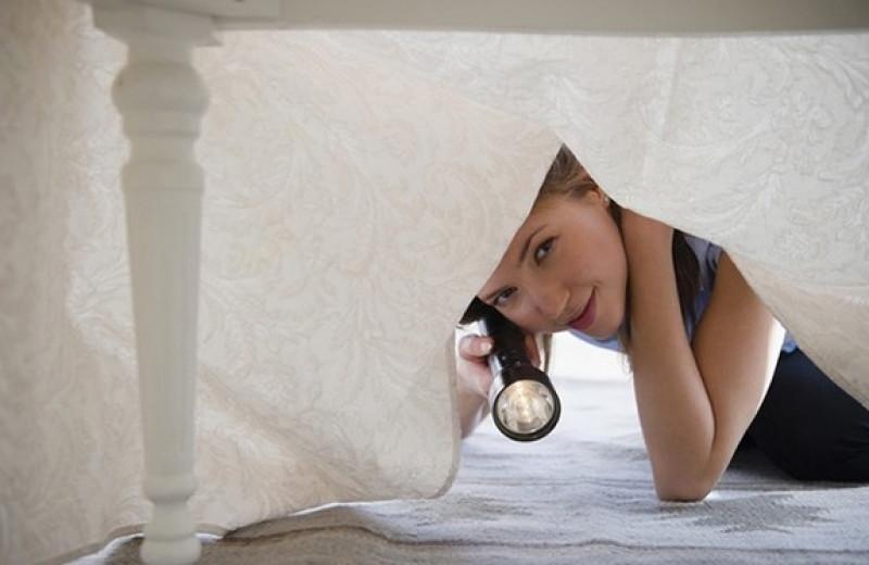 Любовник в шкафу и подруга под кроватью: странные истории измен