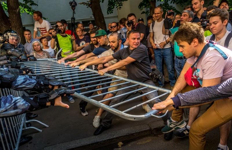 Марш неиспуганных. Как тысячи москвичей устроили несогласованное шествие в центре Москвы