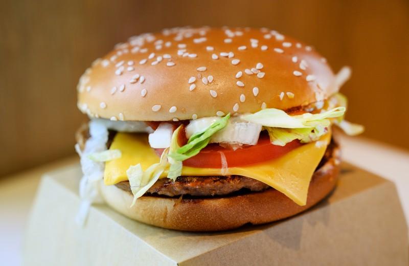 Почему McDonald's побеждает новые сети с салатами и поке в меню