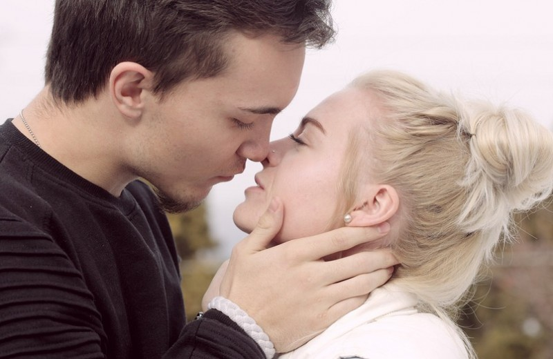 9 трюков, которые сделают поцелуи приятнее (вам обоим понравится)