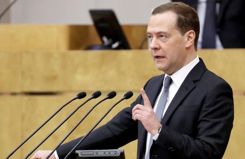 Бедный народ. Медведев не нашел денег на повышение МРОТ до 20 000 рублей