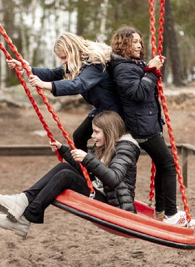 Почему подросткам не рады на детских площадках